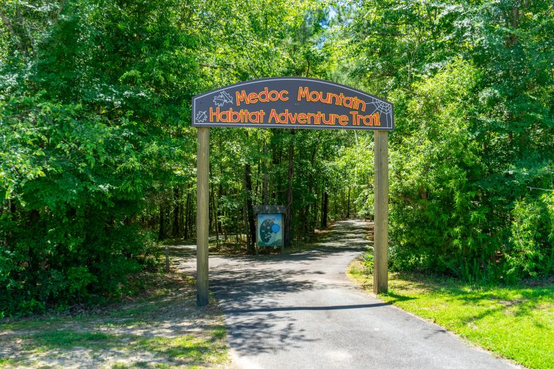 photo of trail entrance with sign - Medoc Mountain Habitat Adventure Trail